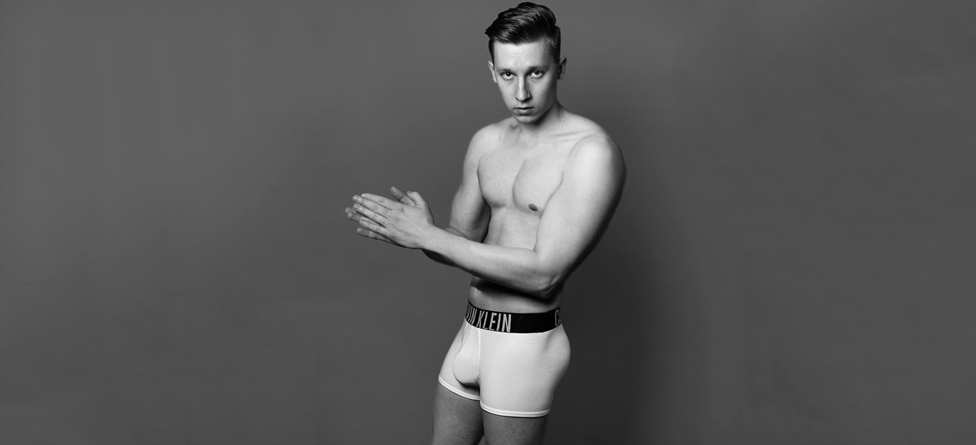 Artor Inkerö tutkii kehollisessa teossarjassaan identiteetin rakentumista ja sitä, kuinka fyysiset ominaisuuden vaikuttavat meihin suhtautumiseen. Teoksessa Justin, Inkerö poseeraa teini-idolli Justin Bieberiltä lainatussa poseerauksessa ja vaatetuksessa. Onko Inkerön omakuva yhtään uskottavampi kuin kuva, joka meille tarjotaan satavuotiaasta Suomesta?