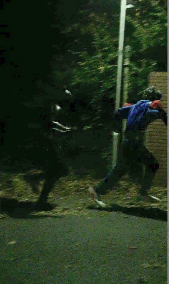 Tämä on BBC:n mukaan dokumentaarinen kuva Cumbria-Batmanista ravaamassa pellen perässä. Tilanteen autenttisuudesta en menisi vannomaan.