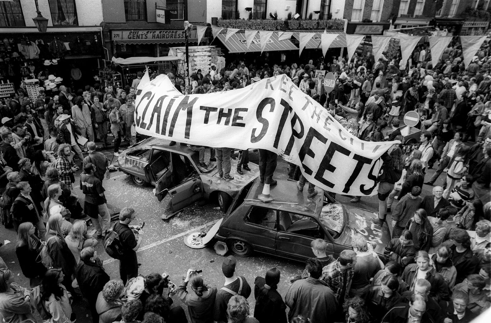 Ensimmäinen Reclaim the Streets -tapahtuma käynnistyi lavastetulla kolarilla Lontoon Camden Townissa vuonna 1995. Ideana oli vallata kaupunkitilaa autoilta ihmisille ja esitettää vaihtoehtoinen tapa käyttää julkista tilaa. KUVANick Cobbing