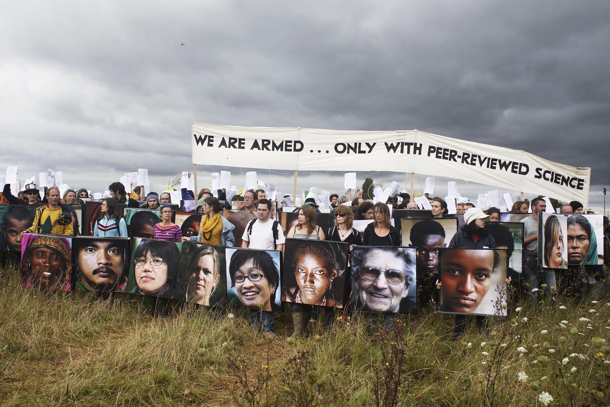 The Camp for Climate Action UK 2007 Heathrow-lentokentän laajennushanketta vastustavien Climate Camp 2007 -mielenosoittajien kilpiin on painettu ilmastonmuutoksesta kärsivien ihmisten kasvoja. KUVAKristian Buss