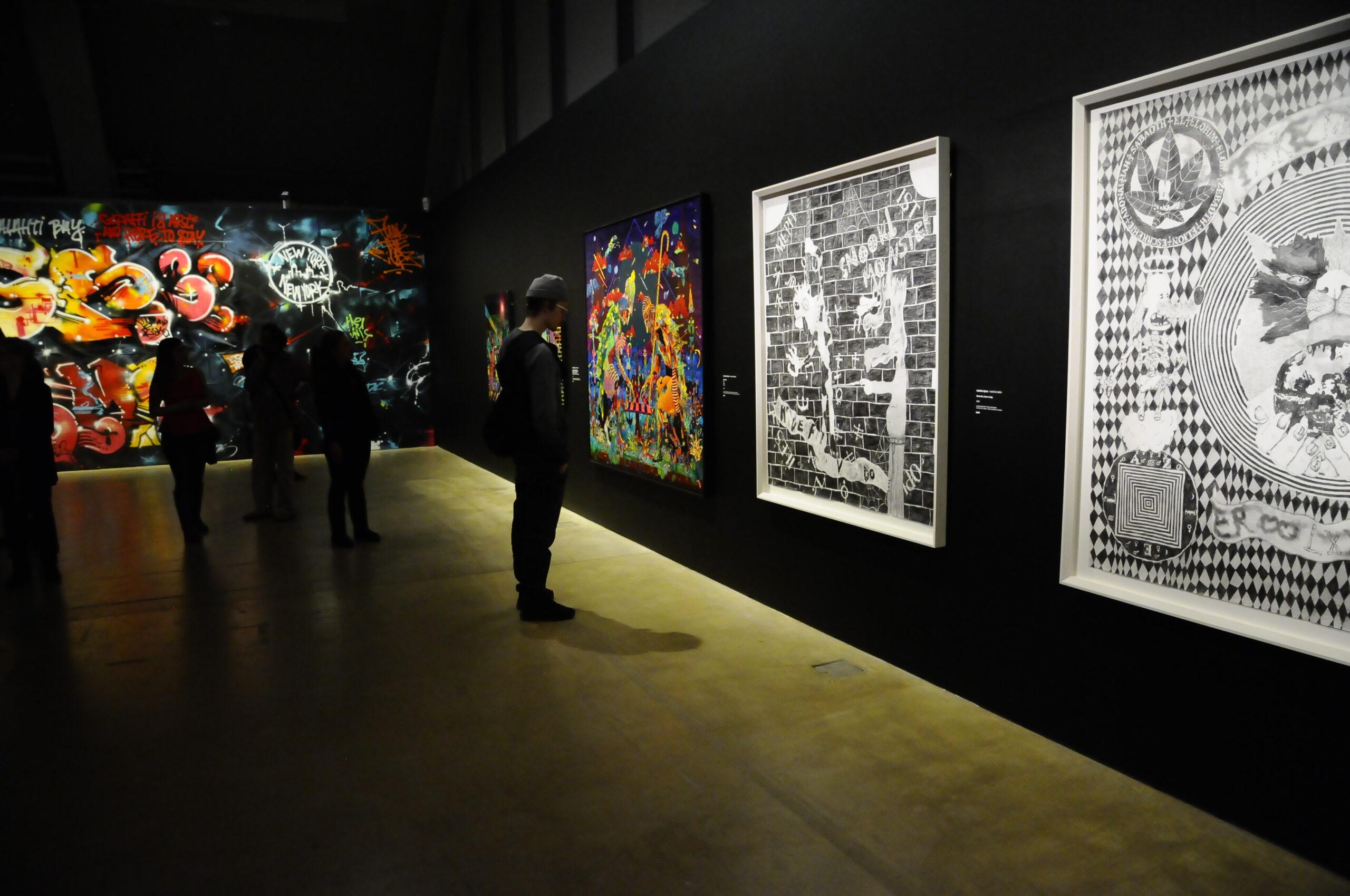 Kuvassa vasemmalla EGSin ja TRAMAN HAMin seinälle maalaama graffti. Oikealla näkyy puolestaan Timo Vaittisen ja Konsta Ojalan teoksia, jotka eivät ole graffiteja.
