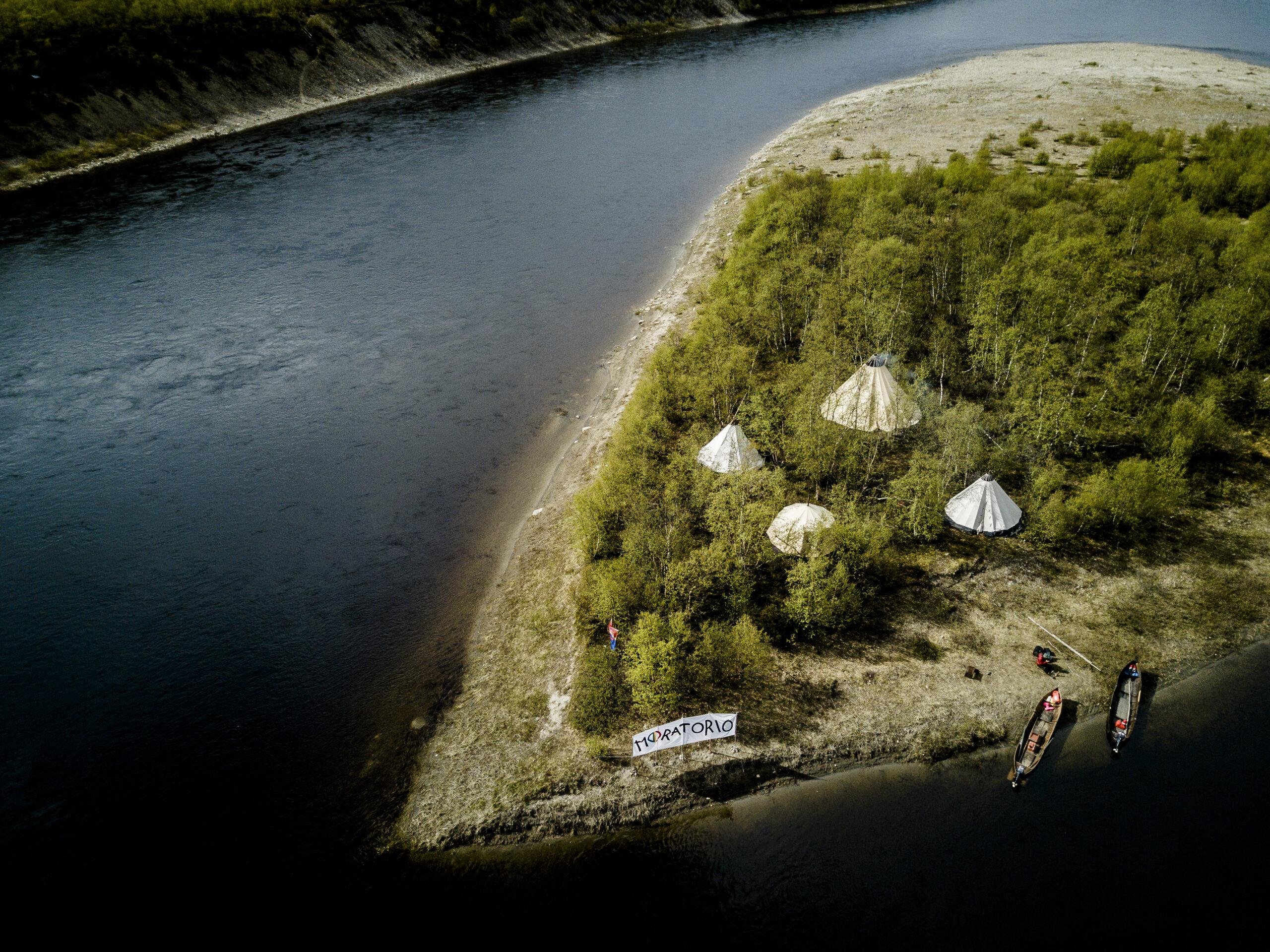 Ei pelkästään leiri, ei pelkästään kalasta. Kansalaistottelemattomuuteen liittyy usein symbolisia elementtejä, niin myös Ellos Deatnu -liikkeen leiriin. Kyse ei ole vain tästä tilasta, vaan verrattomasti suuremmasta asiasta, jonka symbolisena esityksenä tämä leiri toimii. Samoin kalastuskiistassa on kyse paljon muustakin kuin vain kalastusoikeuksista.