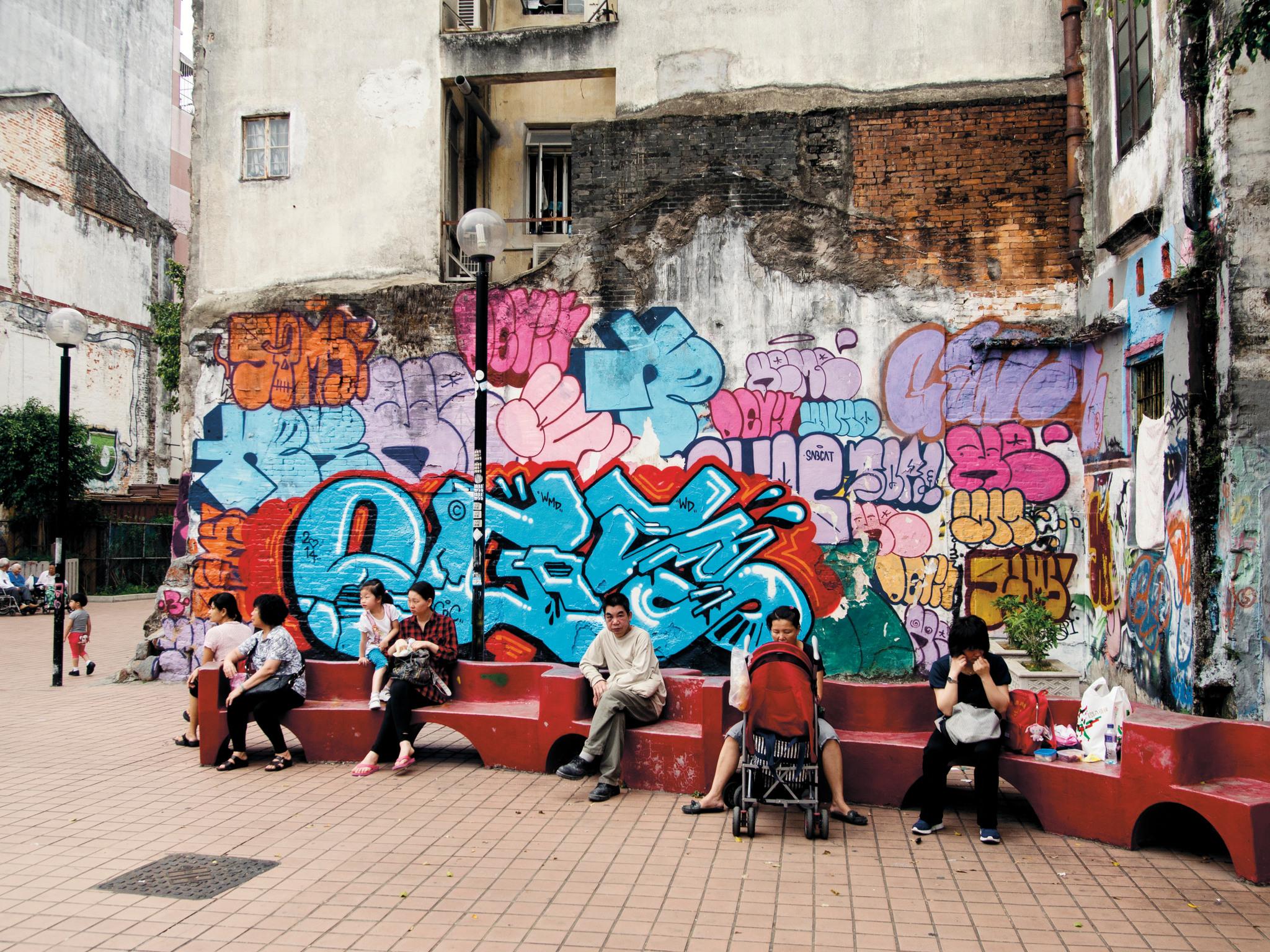 Sen lisäksi, että Egs maalaa teoksiinsa maailmankarttoja, hän on maalannut nimensä maailmankartalle. Hänen graffitejaan on ja on ollut näkyvillä kymmenissä maissa. Oheinen kuva on otettu vuonna 2014 Macaossa, Kiinan erityishallintoalueella. Lisää Egsin ajatuksia kartoista ja niiden merkityksellisyydestä täällä.