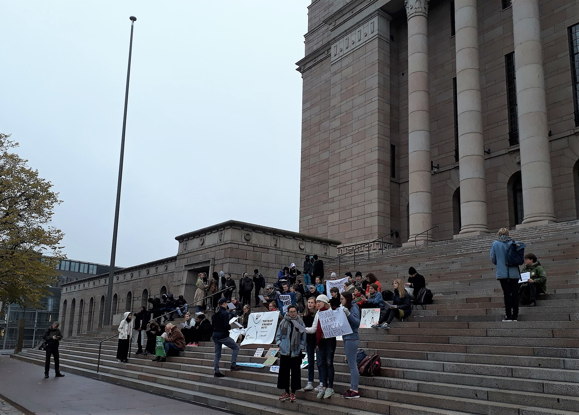 Eduskuntatalon portailla on osoitettu mieltä ilmaston puolesta joka perjantai syyskuun lopusta alkaen.