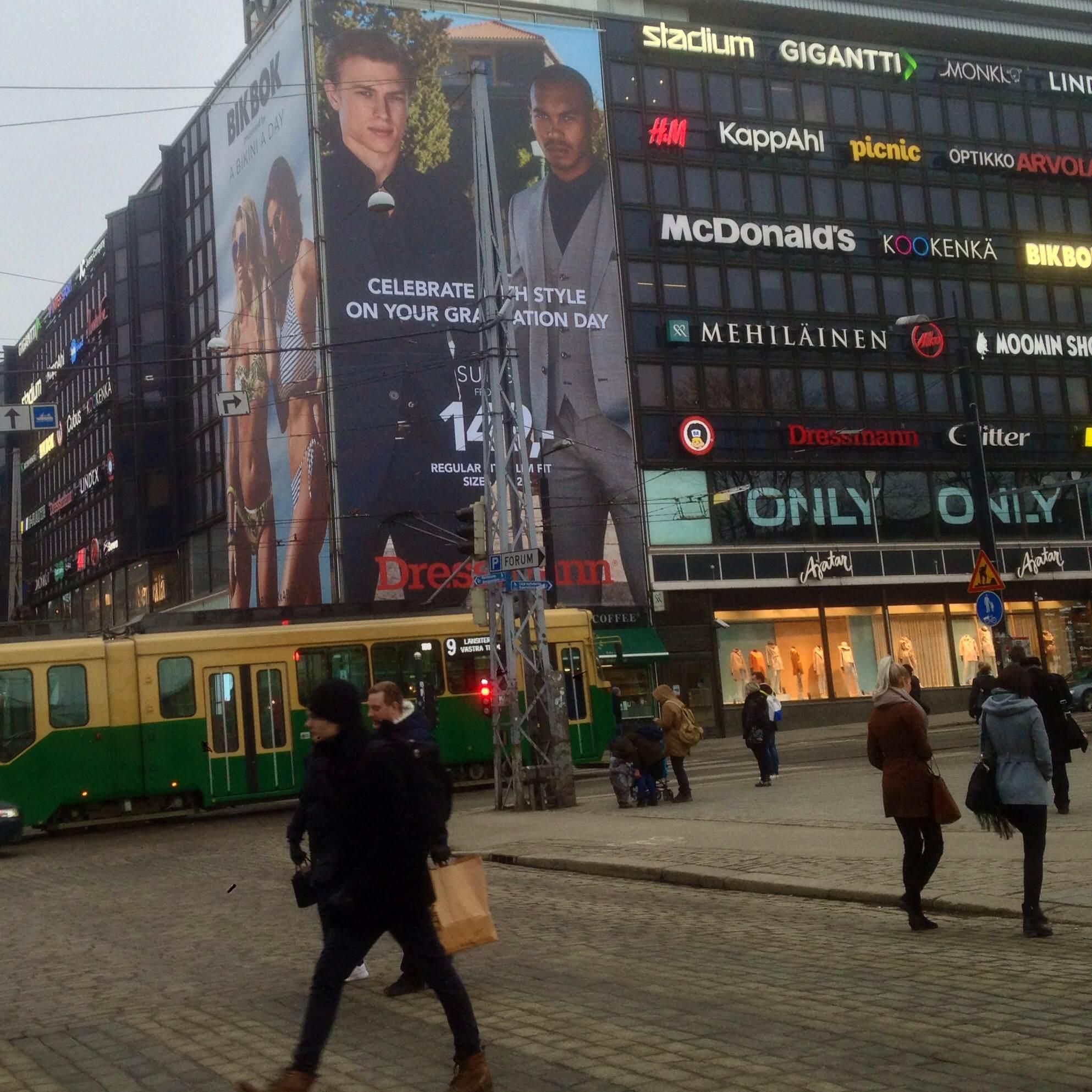 Seksismi elää ja voi hyvin mainoksissa. Vaikka mainossaasteen lisääntyminen on ongelma, näkisin vielä suurempana ongelmana mainosten sisällön.