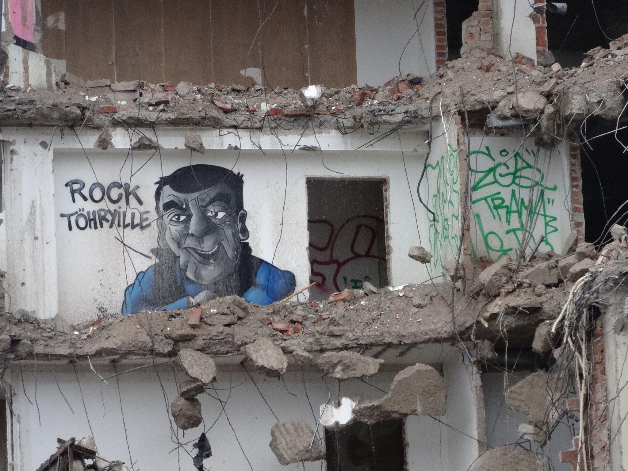 Nyt Stop töhryille on vain paha muisto ja Kaukokin on eläköitynyt. Nygrénin valtakunta sijaitsi fyysisesti Kasarmintorin laidalla möllöttäneessä virastotalossa. Muutama vuosi sitten tuo rakennut purettiin ja uutta puskee tilalle. Ennen purkua Hende kävi maalaamassa Kauko-potretin itse anti-töhrykuninkaan toimiston seinään.