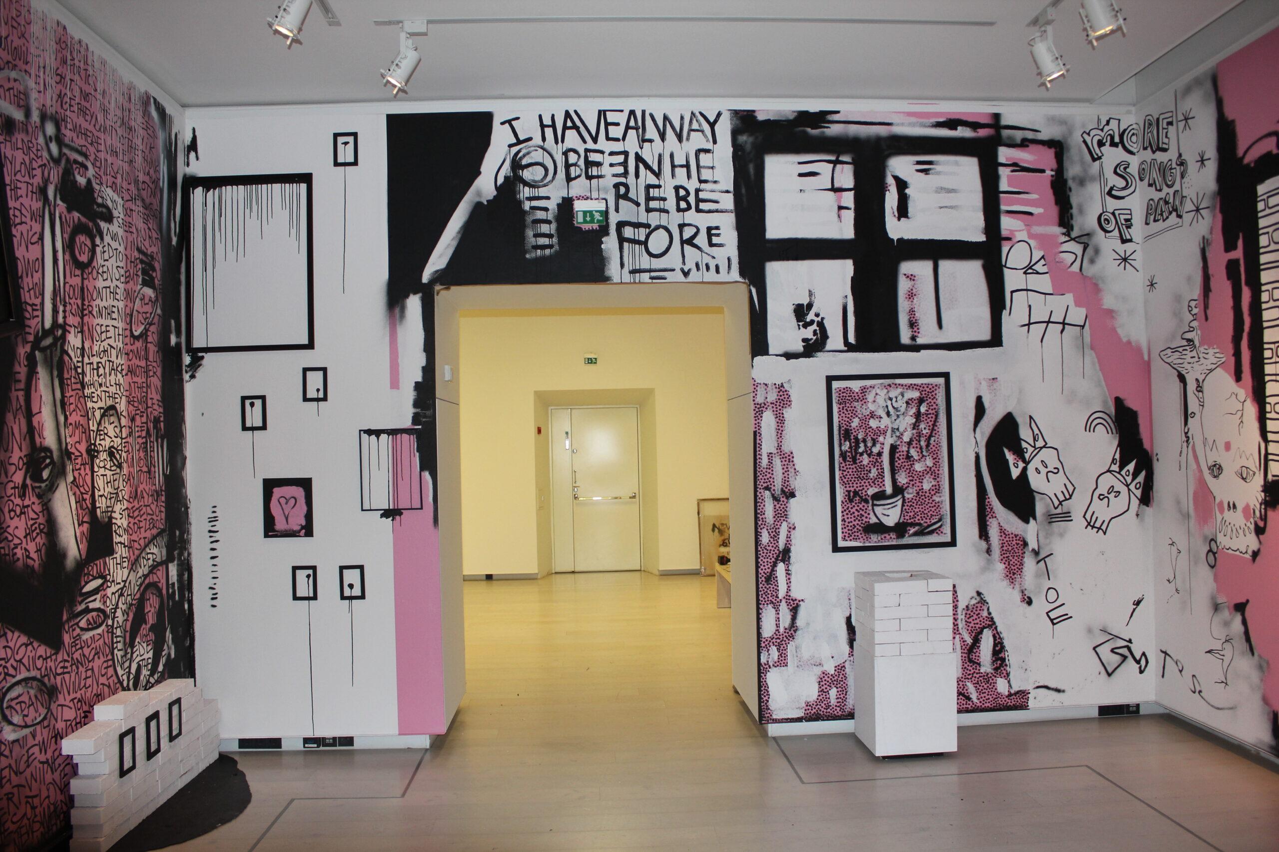 Kim Somervuori: Ink About It! (2016), yksityiskohta. Somervuori rakensi Hämeenlinnan taidemuseoon koko huoneen kattavan teoksen, jossa yhdistyi tauluja, installaatioita, veistoksia sekä seinämaalaus.