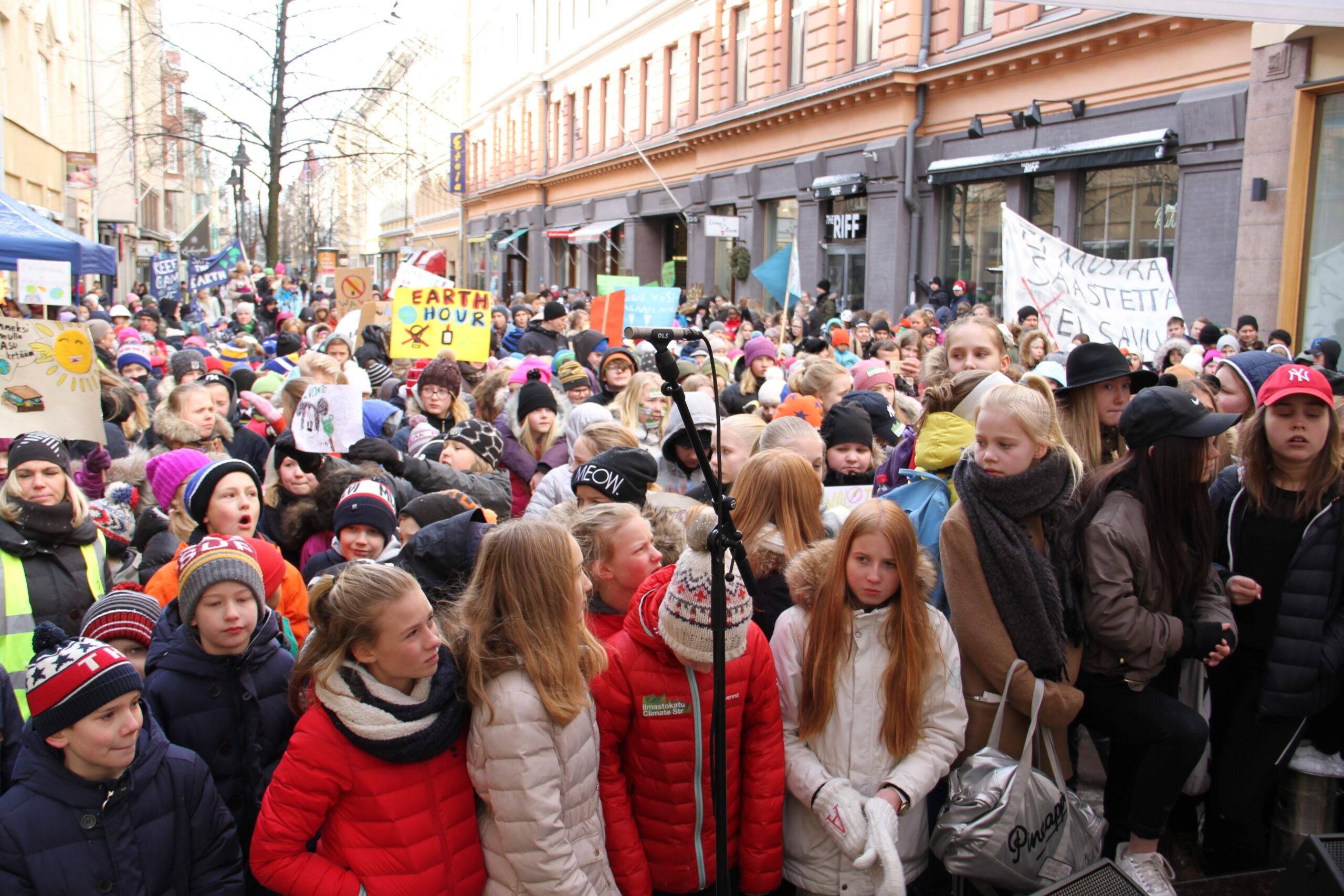 WWF, Helsingin opetusvirasto, Ilmastokatu ja helsinkiläiset koulut juhlistivat vuoden 2016 Earth Hour -tapahtumaa Iso-roobertin kadulla. Paikalla oli 1500 oppilasta ja opettajaa. Kuva: Paula Kallio /WWF