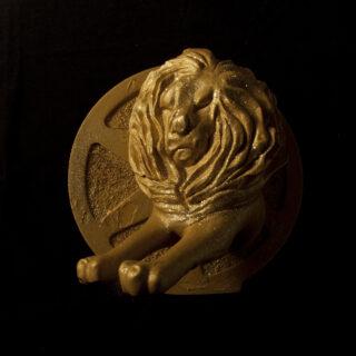 Kultaa ja glitteriä vastamainoskilpailun voittajalle