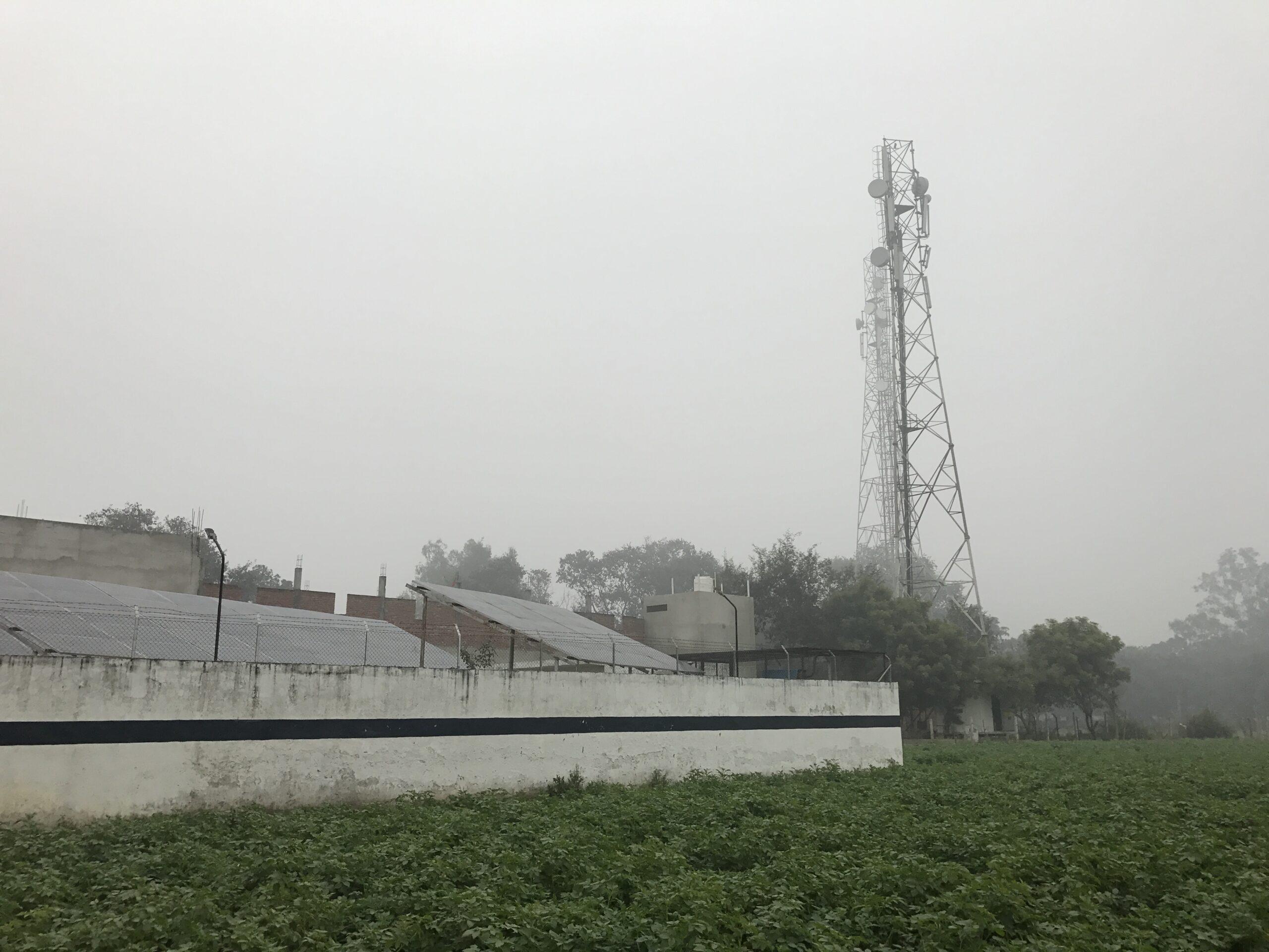 Tammikuussa aurinko ei usein paista, mutta suurimman osan vuodesta Intian aurinkopotentiaali on erinomainen. Nämä aurinkopaneelit tuottavat sähköä mikroverkkoon, jota paikalliset kotitaloudet ja yritykset käyttävät sähkökatkojen aikana.