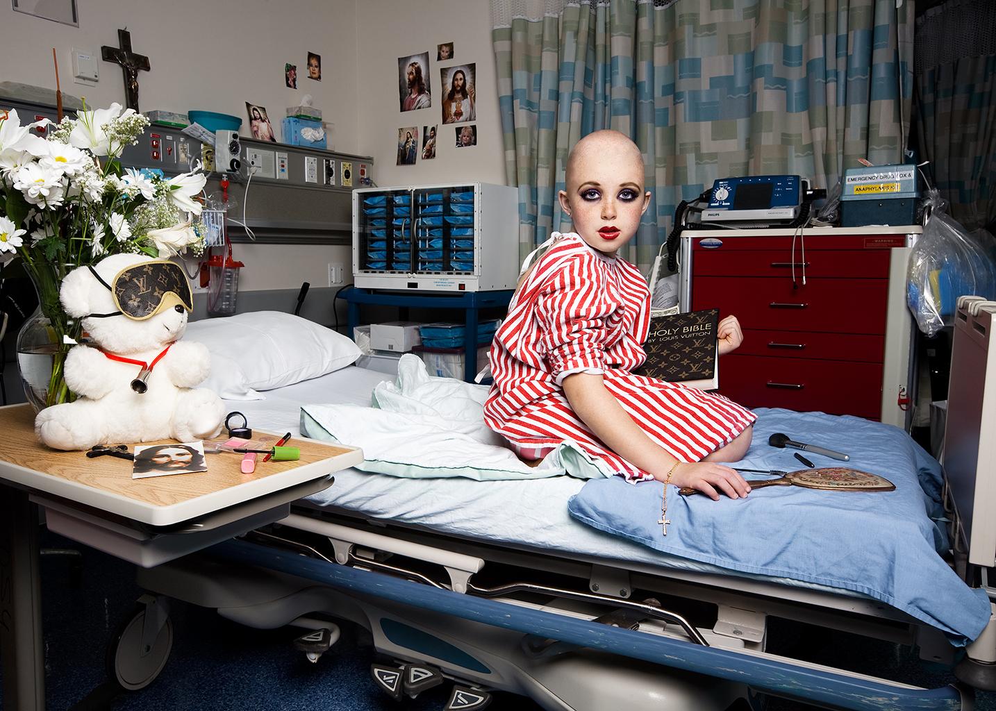 """Kanadalaisen Jonathan Hobinin In The Playroom -teossarjan lavastetuissa kuvissa lapset leikkivät aikuisten maailmaa. Näiden leikkien kautta näemme vilauksen siitä, miltä aikuisten maailma näyttää lasten silmin katsottuna. Lashes -teoksessa """"Tammy Faye Messner"""" istuu sairaalavuoteella Louis Vuitton -raamattu sylissään. """"LV-raamattu viittaa osaltaan kaksinaismoralismiin, jota esiintyy erityisesti katolisessa kirkossa ja Vatikaanissa. Kuitenkin kyse on vähemmän LV-brändissä ja enemmän kommentti niitä kohtaan, jotka palvovat brändejä"""", Hobin kertoo Häiriköt – kulttuurihäirinnän aakkoset -kirjassa."""