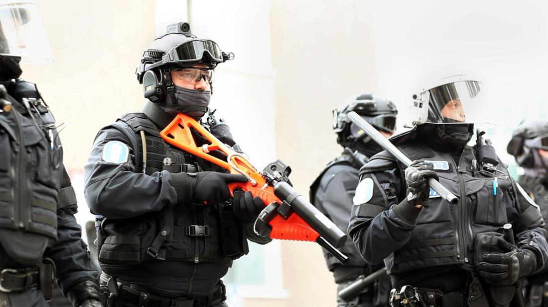 Poliisi ampuu ja poliisi kuvaa. Poliisi on kuitenkin vaatinut oikeutta poistaa itse kuvaamansa materiaalin, mikäli se todistaa omat ylilyönnit ja asiattomuudet.
