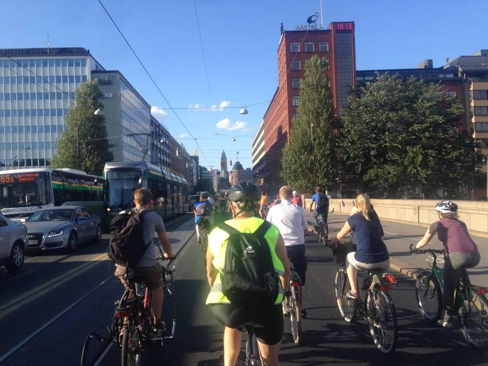 Kuva viime kesänä Hämeentiellä ajetulta Kriittiseltä pyöräretkeltä. Tuolla retkellä muiden joukossa polki myös Hollannin suurlähettiläs, joka puolestaan kannusti Helsinkiä panostamaan pyöräilyn edistämiseen.