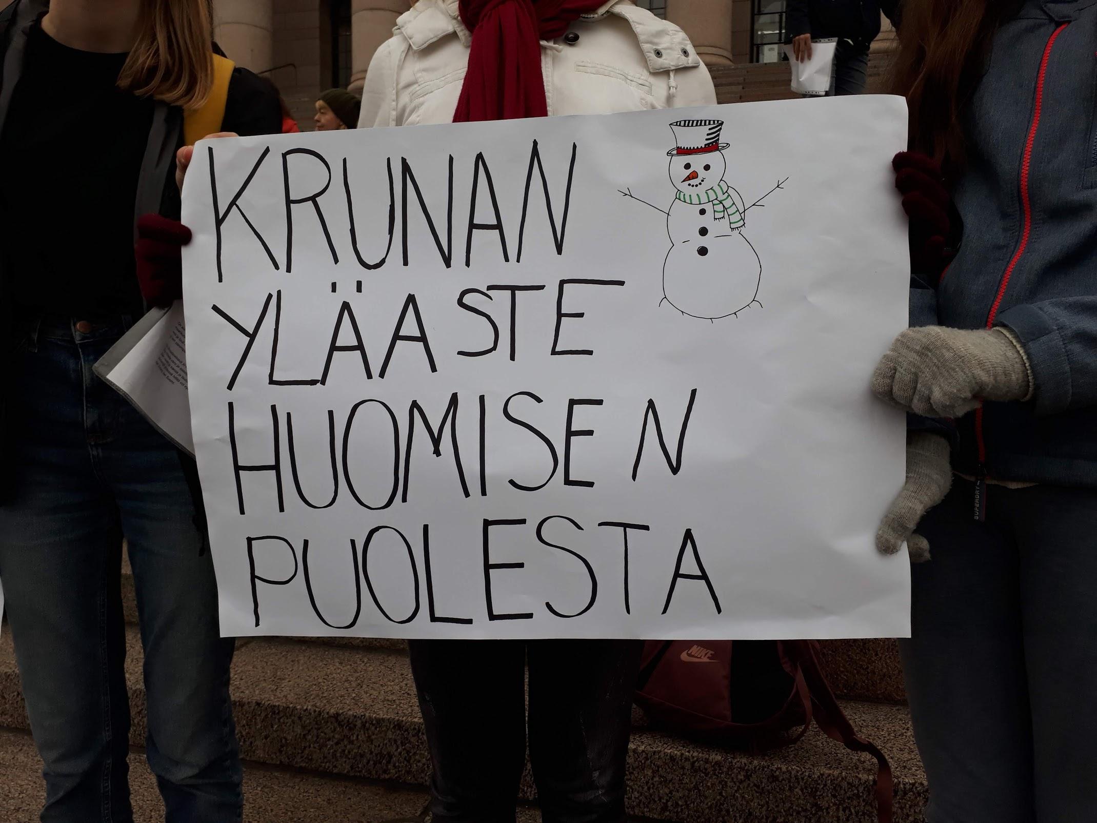 Kruununhaan yläasteen oppilaiden itse perustama ilmastoryhmä oli mukana mielenilmauksessa eduskuntatalon portailla lokakuussa 2018.