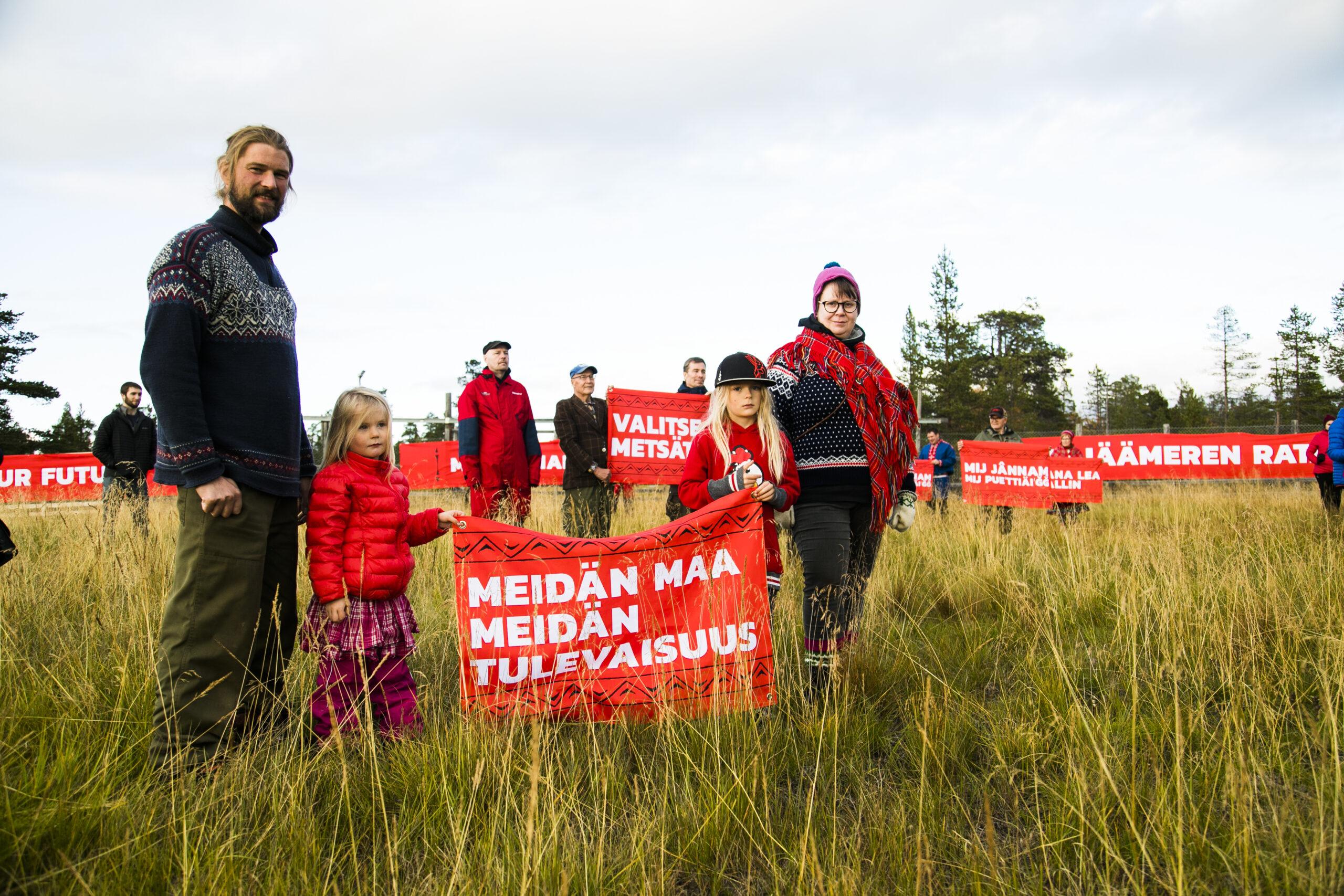 Lapset ovat tulevaisuus ja siksikin on oikein, että lapset osallistuivat Red Line -mielenosoituksiin. Oheinen perhe saapui paikalle Sevettijärvellä.