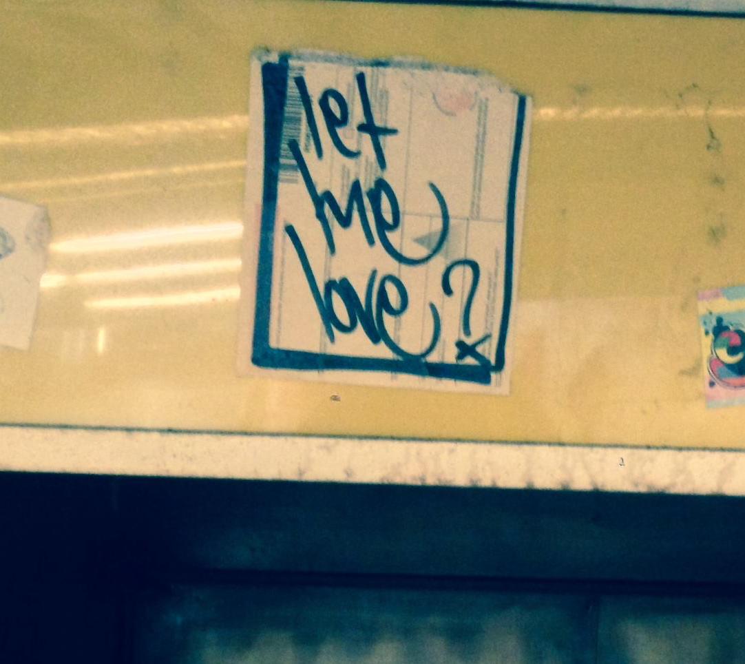 Vuonna 2004 Helsingin Steissin katonrajaan liimattu Let Me Love -tarra selvisi paikallaan ainakin vuoteen 2015 saakka, jolloin Häiriköt-päämaja sen sieltä bongasi. Tarran myöhempi historia on tuntematon. Lisää tuosta vuoden 2004 hurjasta tarraristi-jahdista täällä.