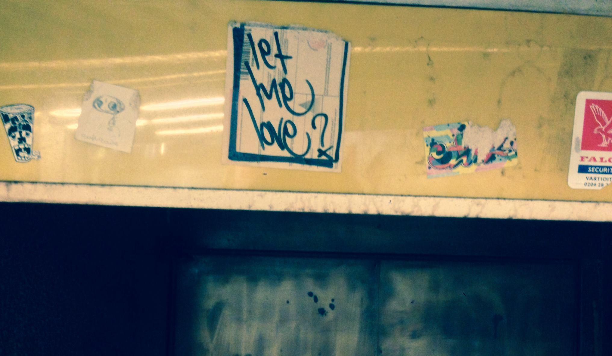 Let Me Love -tarrat ovat ehkä kaikkien aikojen tunnetuimpia tarroja Helsingissä. 2000-luvun alun tarrabuumin aikoihin pontevasti liimailtuja tarroja näkyi katukuvassa runsaasti ja yhä edelleen niitä voi löytää, jos osaa katsoa ja käy hieman säkä. Vartiointiliikkeen ja poliisien ronskit otteet ja tarroja liimanneiden henkilöiden pidätykset poikivat julkista keskustelua, johon osallistui