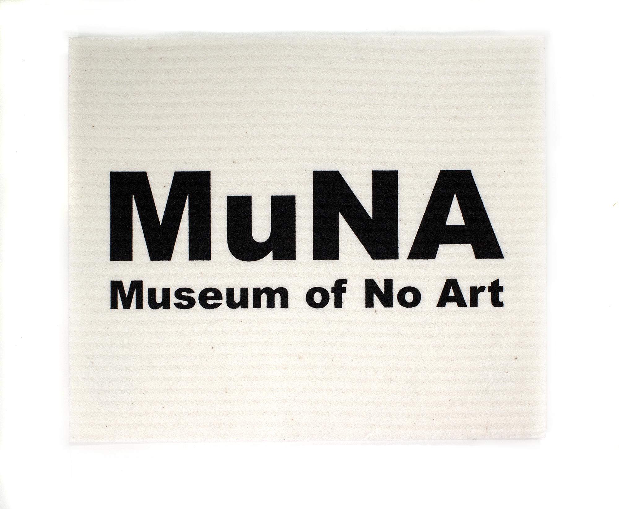 Riiko Sakkisen MuNA – Museum of No Art -näyttelyn muodosti turhanpäiväisiä, MuNA-logolla varustettuja muistoesineitä myyvä museo-kauppa. Valikoimassa oli tiskirätin (kuvassa) ohella muun muassa pehmonalle, mitta-nauha, kertakäyttösadetakki ja purukumipakkaus.