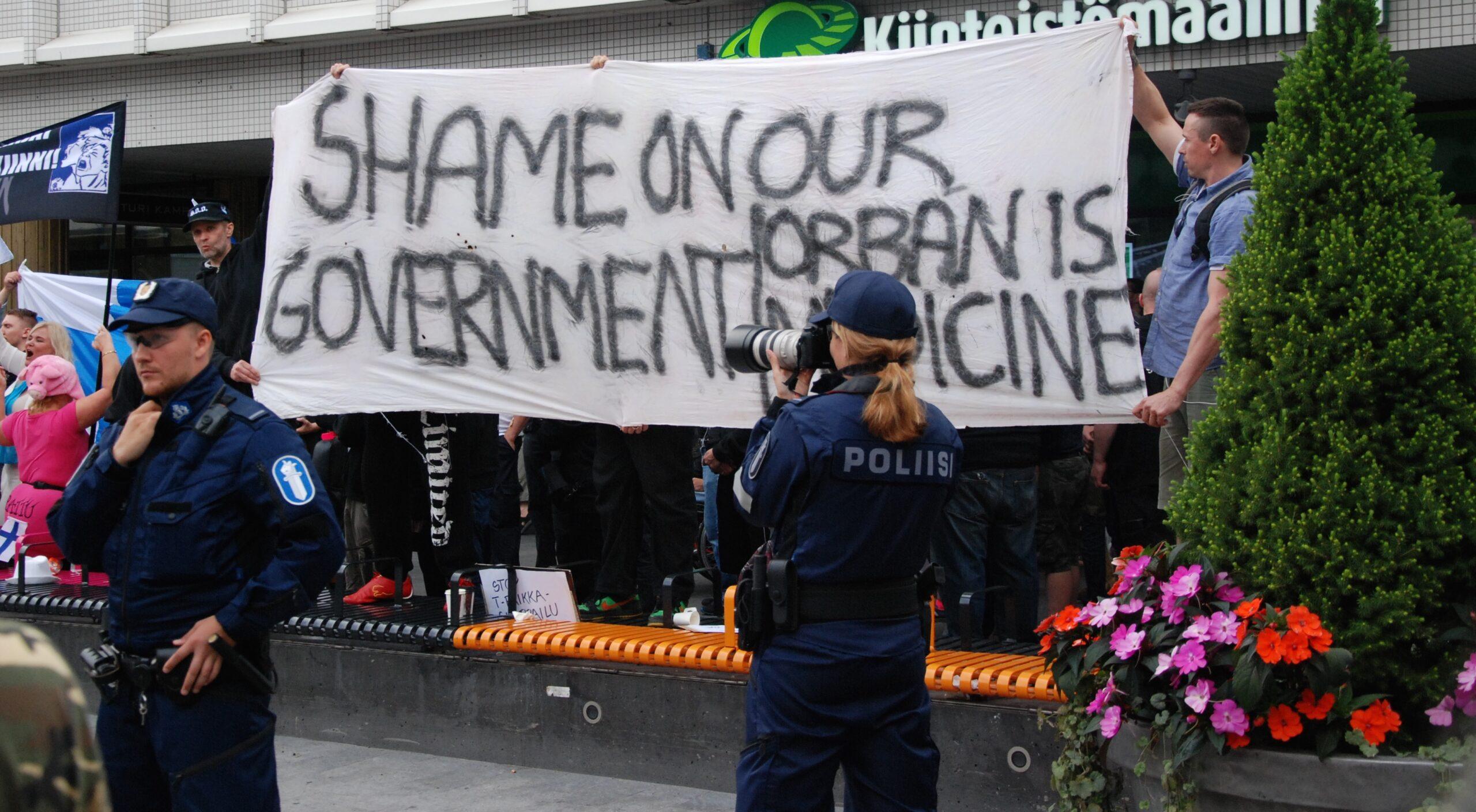 Orban! Siis ihan oikeasti, Suomi Ensin! -ryhmä kaipaa unkarilaista protofasimia. Viktor Orbánin johtama Fidesz-puolue hallitsee maata yksin ja on muun muassa puhdistanut virkakoneistosta tuhansia ei-fideszläisiä työntekijöitä.