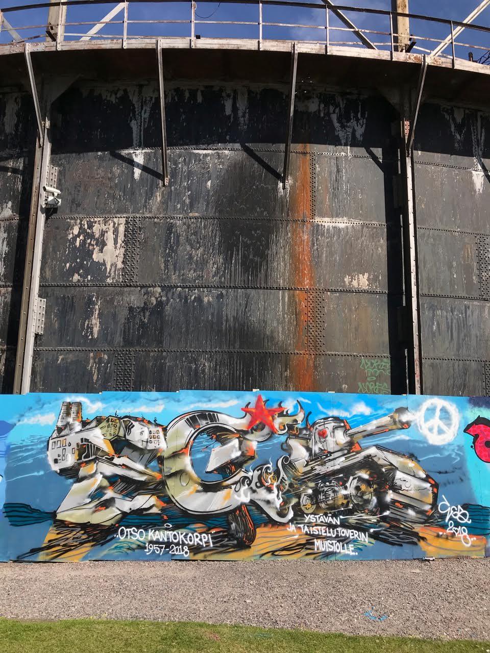 Otso Kantokorpi reissasi moneen kertaan Virossa yhdessä katutaiteilija EGSin kanssa. He maalasivat graffiteja hylättyihin rakennuksiin ja dokumentoivat tekemisensä. EGS maalasi oheisen muistoteoksen Otsolle Helsingin Suvilahteen.