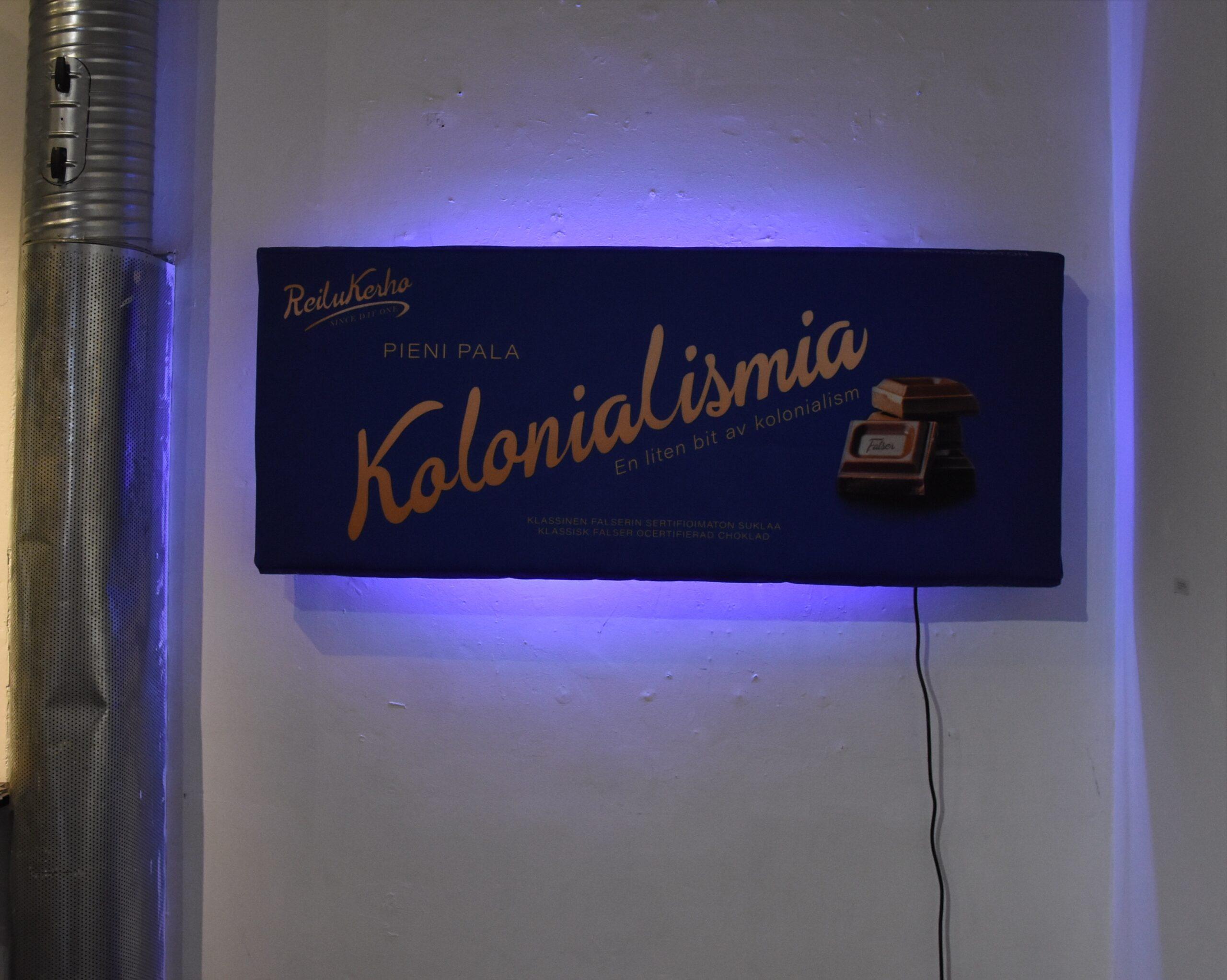 """Häiriköt järjesti näyttelyn Helsingin Kaapelitehtaalla järjestetyt media-, taide- ja kulttuurialat yhteen tuoneessa Lift-tapahtumassa. Tämän teoksen saatteeseen kirjoitin muun muassa seuraavan huomion: """"Suomen juhliessa 100-vuotista itsenäisyyttään ilmoitti Fazer sinisten suklaalevyjensä kääreissä, että kyseinen levy on 'Pieni pala suomalaisuutta'. Tämä linjaus oli röyhkeä, mutta hyvinkin mahdollisesti totta. Onhan kyseessä yksi ikonisimmista suomalaisista tuotteista. Mikäli hyväksymme ajatuksen suklaalevystä suomalaisuuden ytimessä, joudumme kasvotusten myös kolonialismin kanssa. Kuten tunnettua, Suomessa ei tuoteta kaakaopapuja ja tuo suomalaisuuden palan tärkein ainesosa tuodaan meille globaalista Etelästä. Onkin tärkeää ymmärtää, että meidän vauras elämäntapamme perustuu suomalaisen sisun, ahkeran työvoiman ja viisaan pääoman ohella myös halpatyövoimaan ja halpoihin raaka-aineisiin. Näitä raaka-aineita on rahdattu meille muun muassa entisistä siirtomaista ehdoilla, jotka eivät täytä määritelmää 'reilu' millään muotoa."""" Lisää aiheesta täällä."""