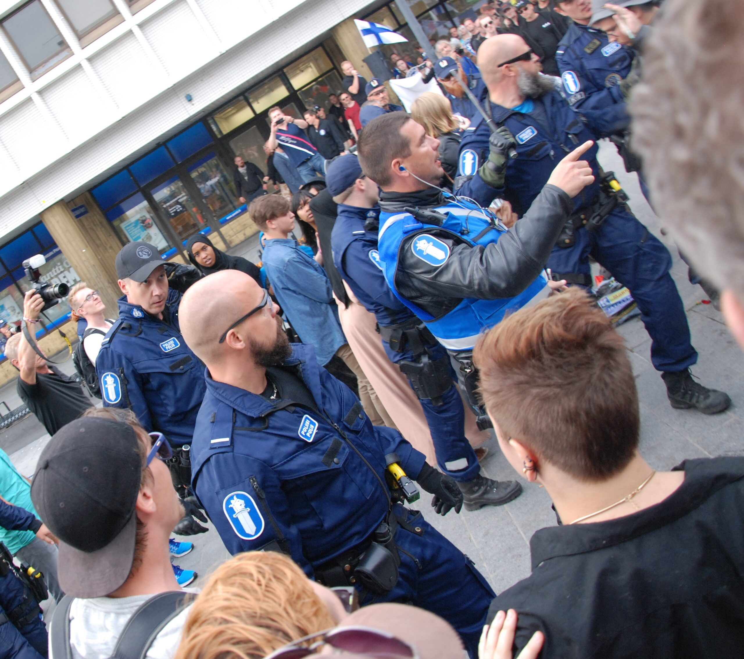 Poliisit pistivät ranttaliksi. Kaaos vallitsee ja kukaan ei tunnu olevan selvillä asioista. Kaiken kaikkiaan tunnelma oli kuitenkin suhteellisen rauhallinen. Tilaisuuden jälkeen eräs mielenosoittajia läpi tapahtuman seurannut kuvaaja kuitenkin toteaa, että mielenosoittajien joukosta livahti vähän väliä tyyppejä yleisön joukkoon. Kuka sitten kenenkin kanssa riidellyt.