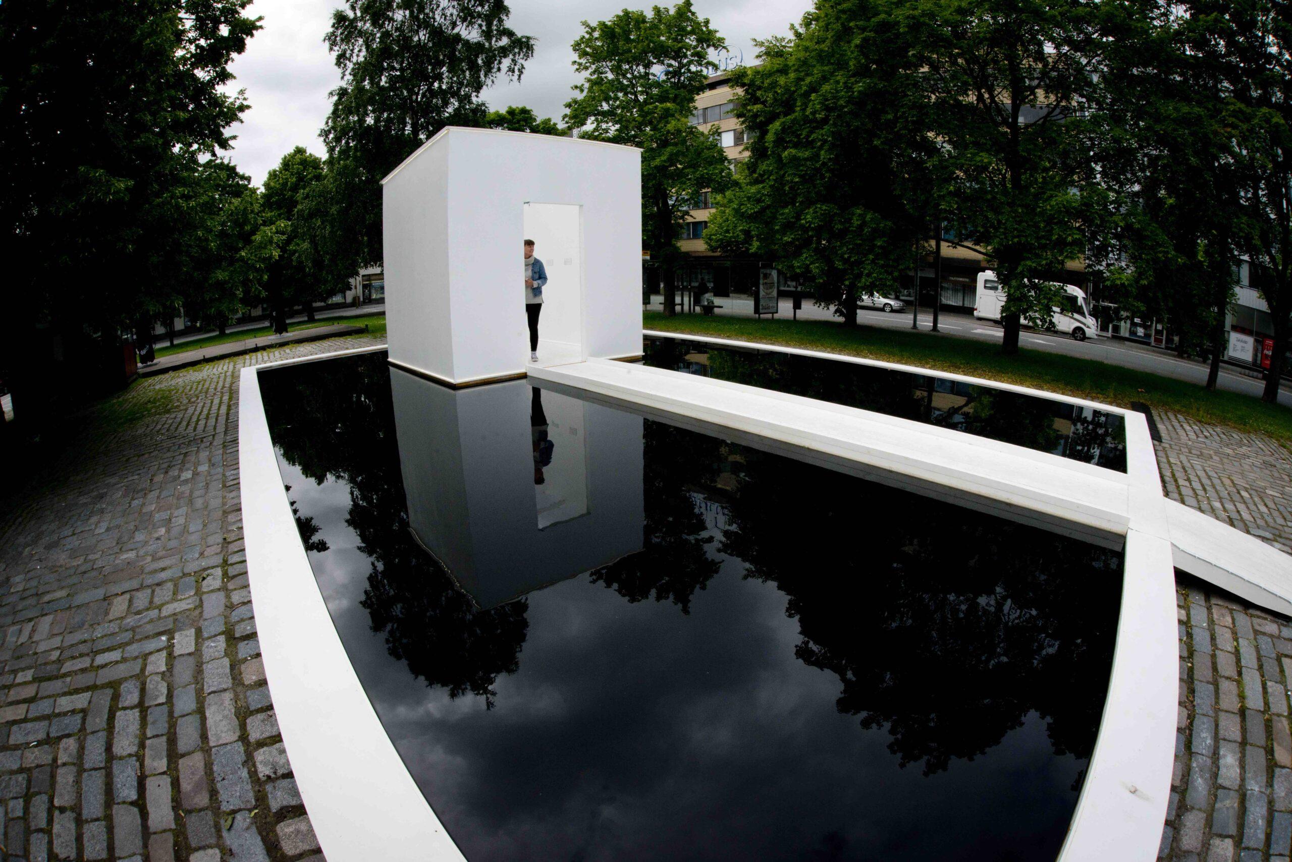 Heinäkuussa 2015 Porin kulttuurisäätö järjesti kaikkien aikojen ensimmäisen Porin Maailmannäyttelyn. Porin Maailmannäyttelyn 2015 teemana oli maailman näkyväksi tuleminen ja tekeminen. Erityisenä tarkastelun kohteena oli teoksen ja sanojen suhdetta: miten teos kääntyy sanoiksi ja mitä tapahtuu teokselle ja sen tarinalle kun se kuvaillaan yhä uudestaan ja uudestaan. Näyttely tutki myös Porin kaupunkitilaa ja monumentaalisen taiteen mahdollisuuksia Pori Jazzien ja SuomiAreenan telttameren rinnalla.