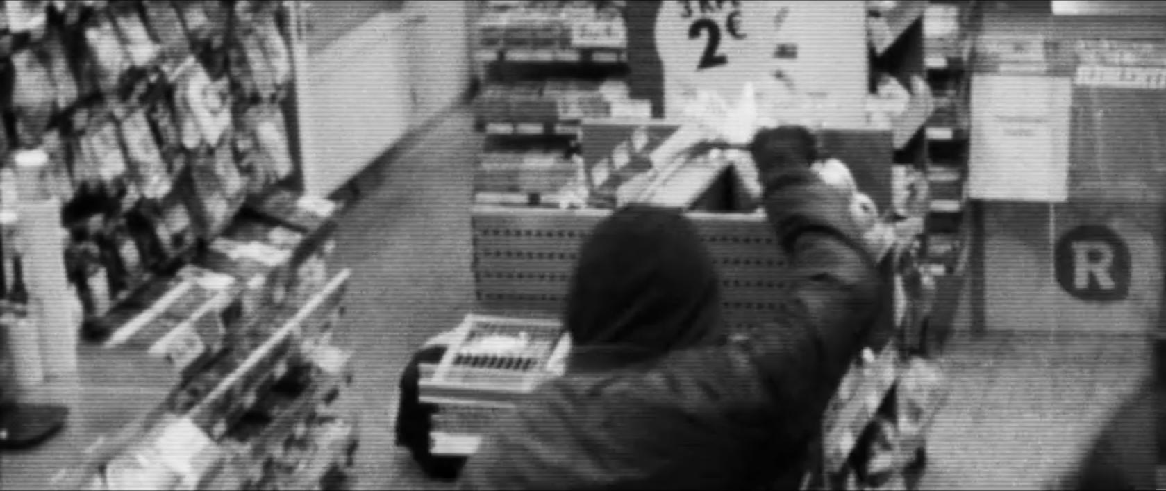Elämme maailmassa, jossa R-kioski maksaatuotantoyhtiölle näkyvyydestä elokuvassa, jossa sopimusta kunnioittaen ryöstetään R-kioski. Fiktiivinen valvontakamerakuva on kuvakaappaus elokuvan trailerista.