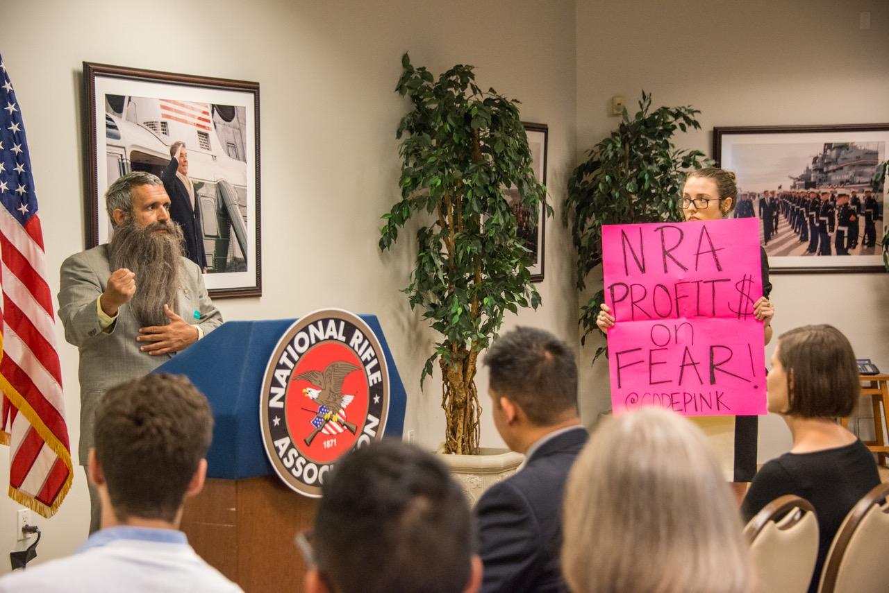 Harmillisesti mielenosoittaja pyrki häiritsemään NRA:n tilaisuutta, mutta onneksi hänet saatiin poistettua paikalta ja tilaisuus pääsi jatkumaan pian.