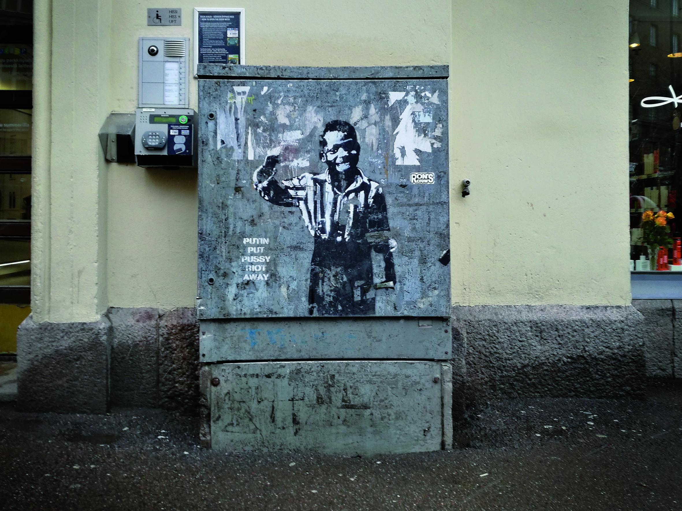 Sampsan Kid With Gun -teoksia levisi Helsinkiin runsain mitoin. Kuvan yhteydessä olevat tekstit vaihtelivat, kuvassa poika muistuttaa siitä, että Putin pisti Pussy Riotin poseen. Välillä huomion kiintopisteenä oli taidepolitiikka ja välillä työttömyys. Kommentoituaan Egyptin tulevaa presidenttiä, kenraali el-Sisiä Sampsa julistettiin terroristiksi Egyptissä.