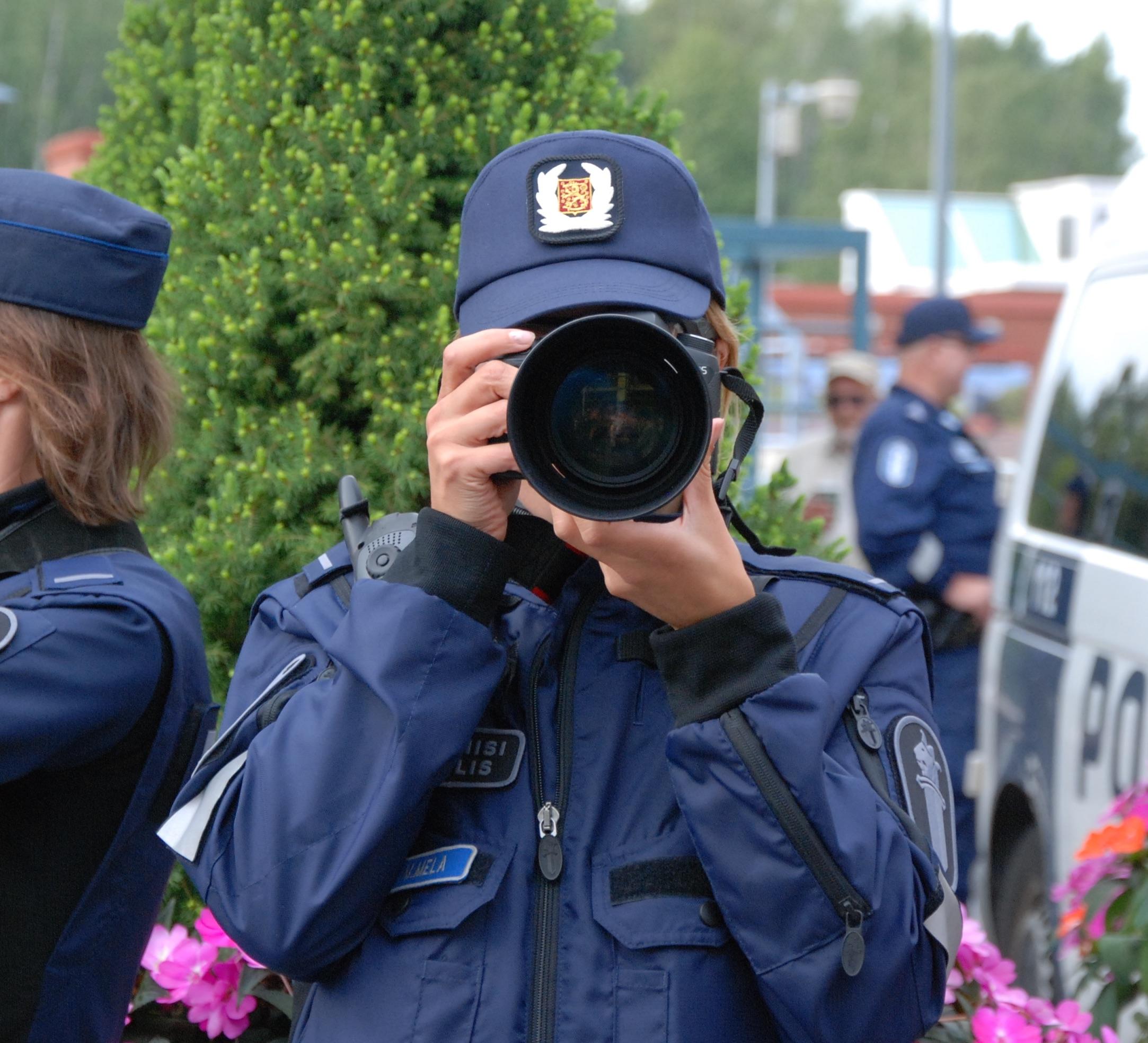 Tasapeli. Poliisi kuvasi minut (ja kaikki muut paikalla olleet) ja minä kuvasin poliisin. Maapallo jatkoi radallaan eikä universumia kiinnostanut.