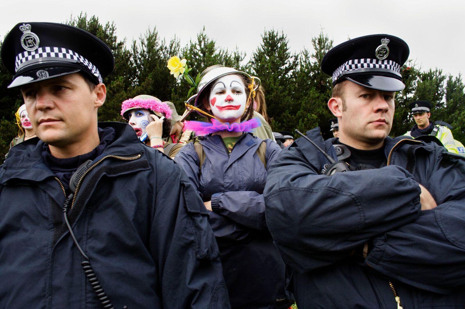 The Clandestine Insurgent Rebel Clown Army, eli CIRCA tunnetaan myös nimellä Clown Army. Tässä klovnit osallistuvat G8-kokouksen yhteydessä käytävään keskusteluun Kuva: Ian Teh