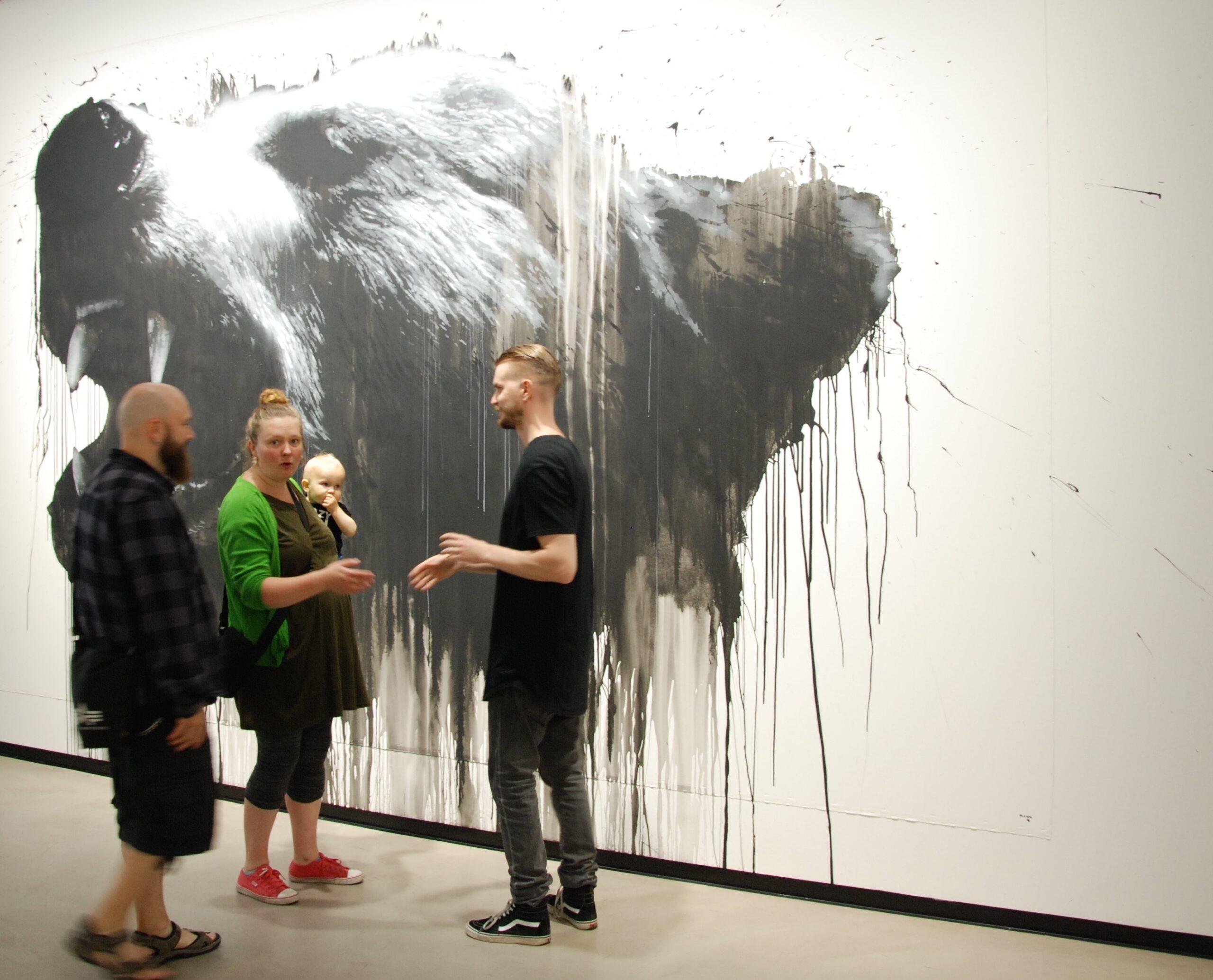 Tässä kaikki on vielä hyvin. Graffititaiteilija Acton perheineen onnittelee Jussia hienosta näyttelystä.