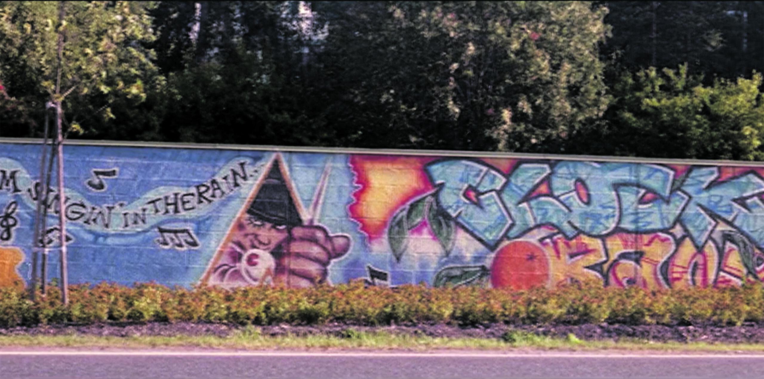 Pala historiaa. Itäväylän melumuuriin Kulosaaren kohdalle vuonna 1991 maalatut luvalliset graffitit olivat ensimmäisen graffitibuumin merkittävin symboli. Helsingin kaupungin valittua nollatoleranssilinjan ja käynnistettyä Stop töhryille -hankkeen vuonna 1998, kaupungin virkamiehet määräsivät muurin maalattavaksi valkoiseksi. Likaisen harmaa muuri on Stop töhryille -hankkeen monumentti, jossa näkyy edelleen vanhojen teosten ääriviivoja. Se on elävä muistomerkki politiikasta, jonka ei toivota palaavan.