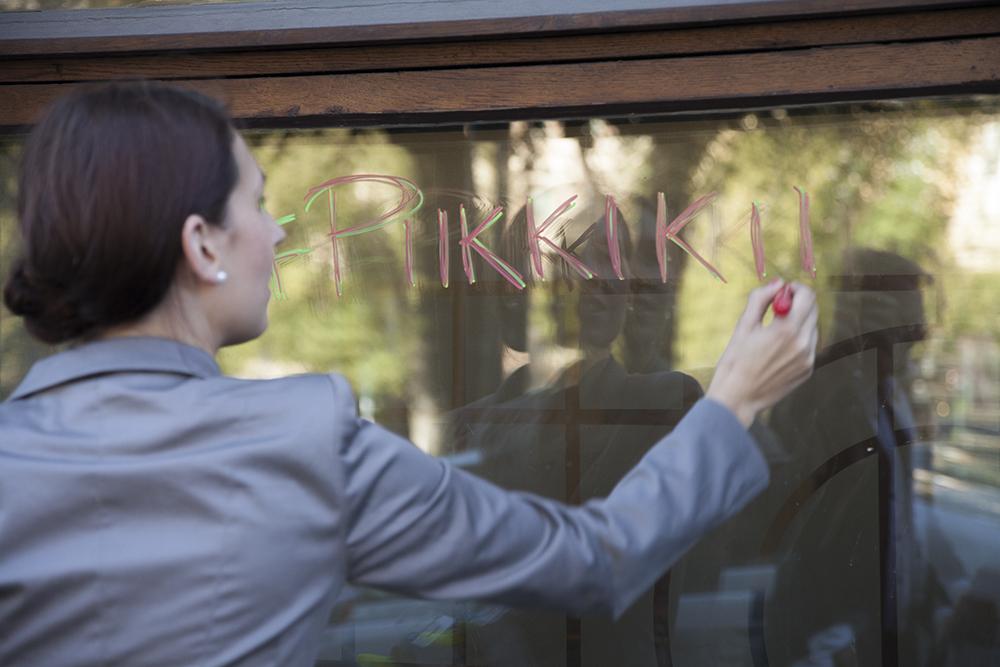 Ei hätää, aktivistit pesivät ministeriön ikkunan huolellisesti ennen poistumista paikalta.