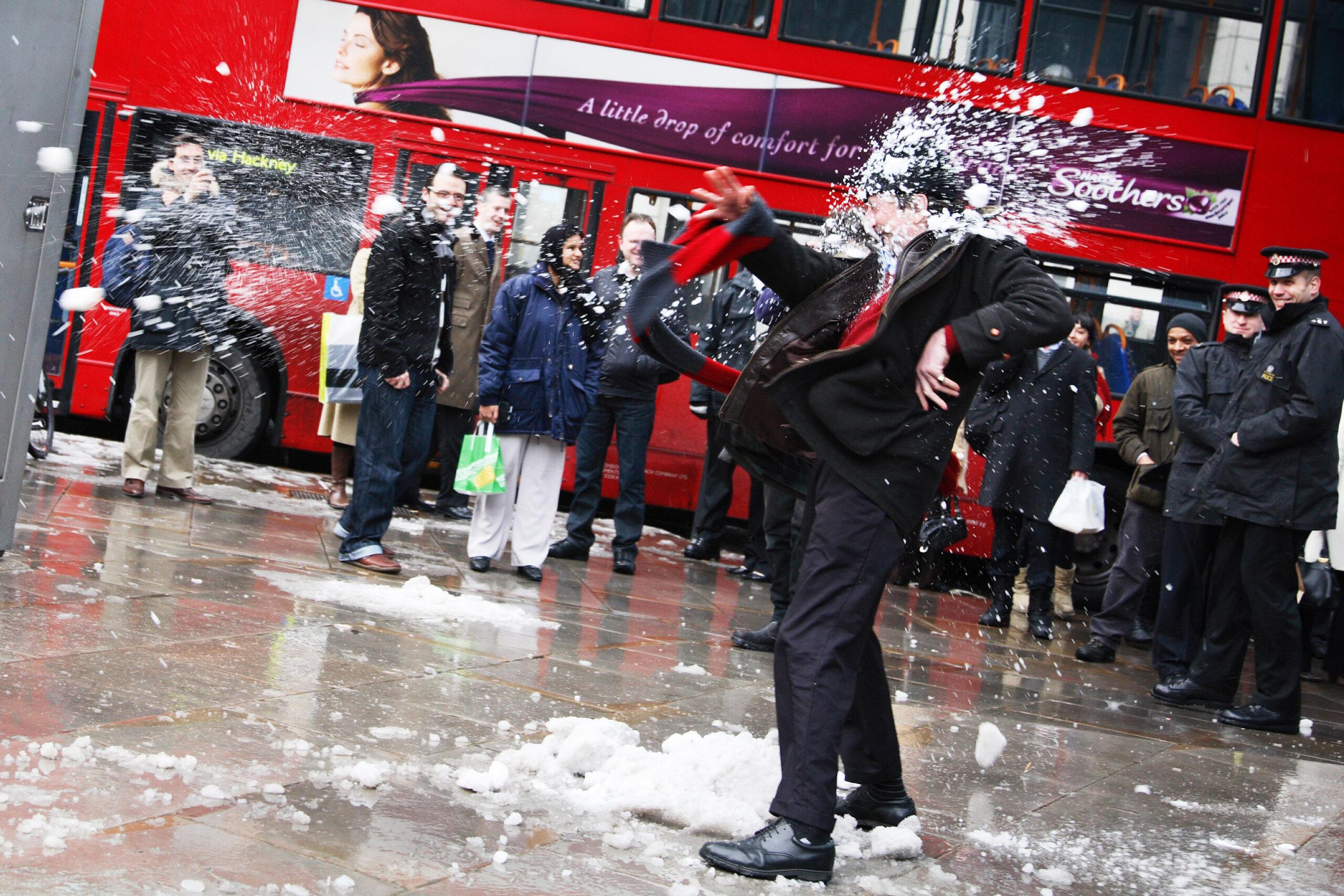 The People vs. Banksters -tempaus. Helmikuussa 2009 Lontoossa nähtiin epätavallisen runsaat lumisateet. Tuolloin syntyi spontaani ajatus kerääntyä öljy- ja kaasuteollisuutta rahoittavan Royal Bank of Scotland -pankin edustalle ja haastaa pankkiirit lumisotaan. Muutama pankin työntekijä osallistui lumisotaan.
