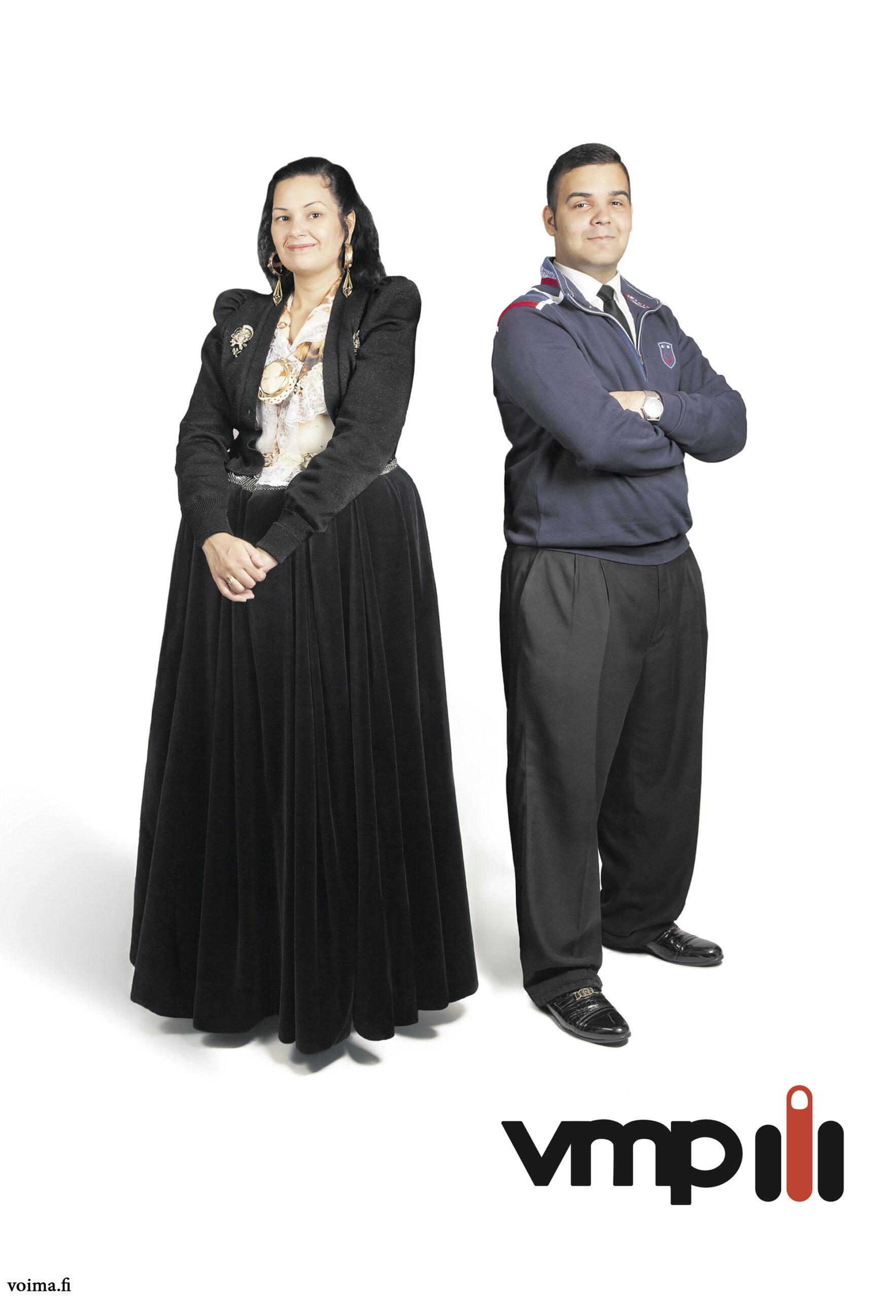 Vuonna 2007 taiteilija Irmeli Huhtala teki Koti etsii ihmistä -valokuvasarjan. Sarjan teokset muistuttivat logoja myöten tuiki tavallisia mainoksia sillä erotuksella, että kaikki mallit olivat romaneja. Teoksissa viitattiin niin maito- kuin automainoksiinkin, esiteltiin parfyymiä ja asunnonvälityspalvelua. Huhtalan radikaali havainto oli se, että vaikka mainoksissa poseerasi malleja monenlaisista taustoista, yksi ihmisryhmä loisti poissaolollaan. Suomalaisissa mainoksissa ei romaneja näkynyt, eikä näy. Ohessa on Häiriköt-päämajan tulkinta teemasta. Ongelma ei koske yksittäisiä yrityksiä. Ongelma on rakenteellinen.