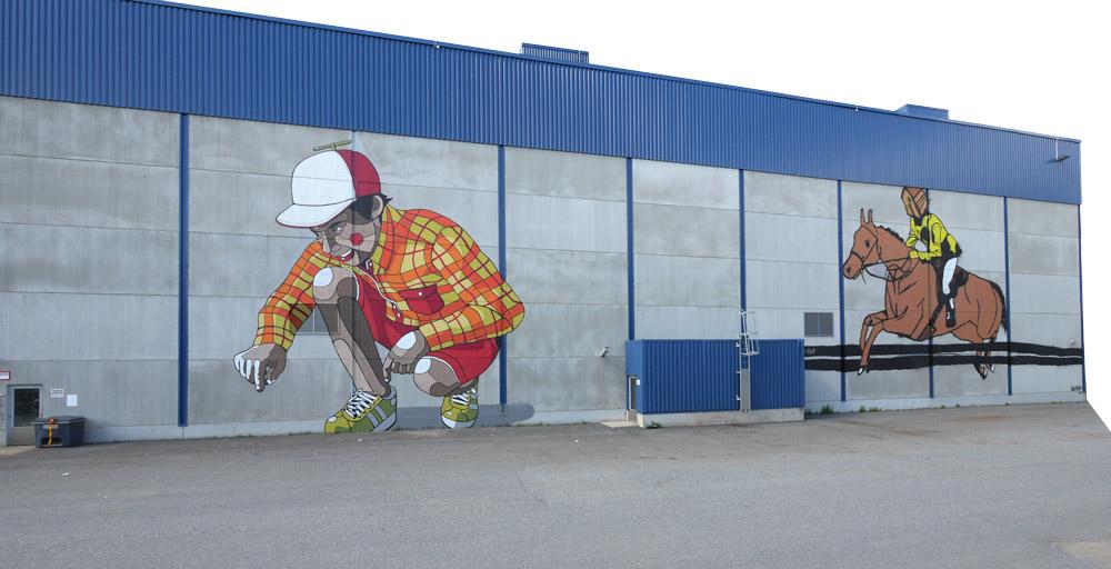 Ryminä. Savupiipputeollisuuden piiputtaessa pääsivät taiteilijat käsiksi tehdasrakennukseen. Kuvassa Jukka Hakasen (vas.) ja Otto Majan (oik.) teokset.