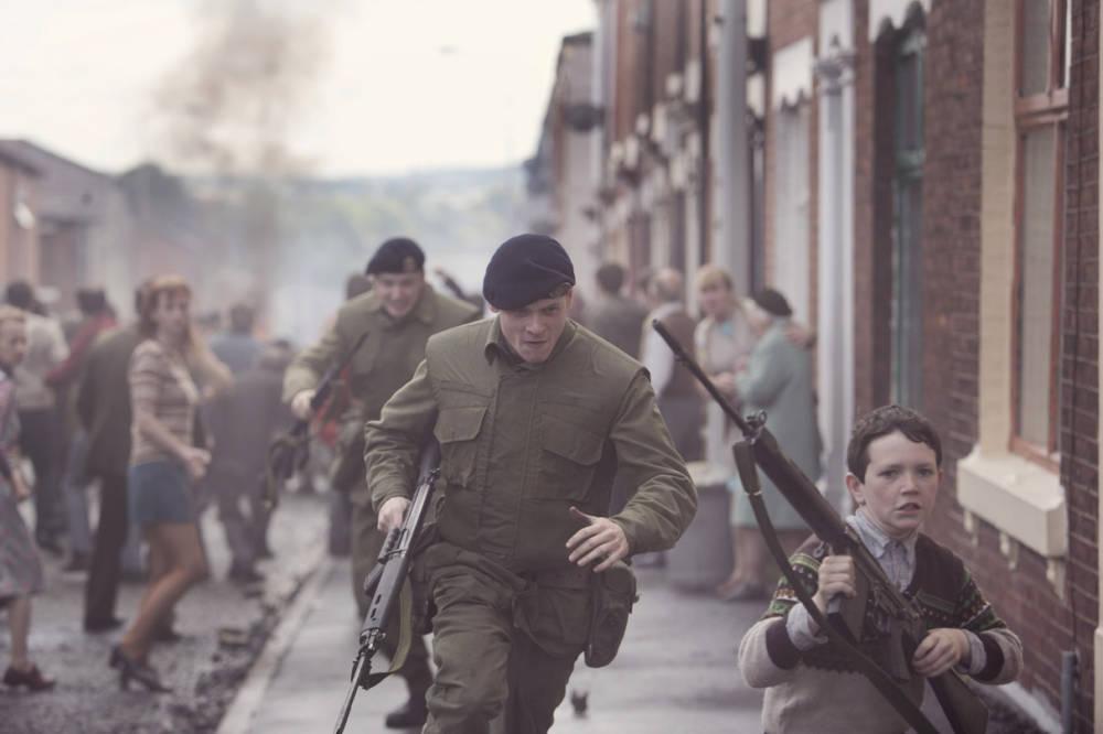 Aloitteleva brittisotilas Gary Hook (Jack O'Connell) joutuu kylmiltään keskelle katumellakkaa.