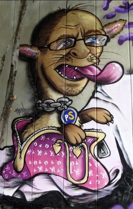 Tätä kuvaa taiteilija itse jakoi Twitterissä. Vaikka aiheena onkin perussuomalainen, ei graffitia voi perussuomalaiseksi väittää. Kiinnostava lisä aiheeseen on se, että myös Hende repi huumoria pyöräteline-episodista ja taiteili piparkakkutaikinasta oman mukaelmansa tapahtumasta. Nyt käsillä ajankohtaista teosta hän ei kuitenkaan maalannut.