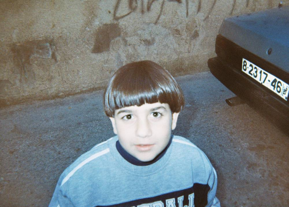 """""""Eiiiiiih, hihih, katso nyt tämä on ihan kamala, naamani näyttää niin leveältä!"""" (Yousef, 10)"""