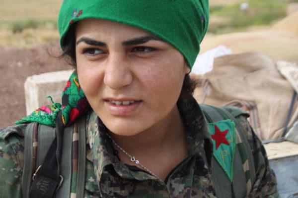 Syyrian kurdinaisten itsepuolustusjoukkojen  YPJ:n soturi eturintaman  vartioasemissa.