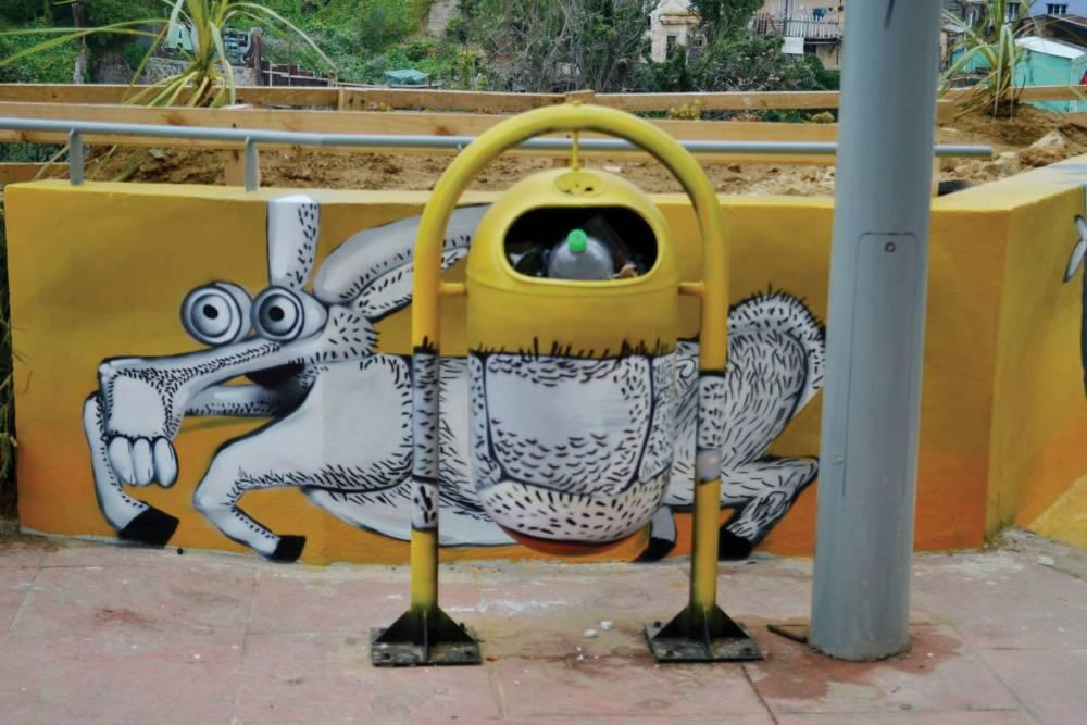 """LUKAS - Chileläisen kuvittaja Renzo Pecchenino Rays, """"Lukas"""" (1934–1989), tunnetaan muun muassa eri ihmisryhmiä esittävistä eläinaiheisista hahmoistaan. Hahmoissa yhdistyy eläinkunta ja chileläinen symboliikka. Esimerkiksi mustekalan ja kukon yhdistelmä esittää ahnetta poliitikkoa, simpukan ja kukon yhdistelmä puolestaan fiksuja kansalaisia. Un Kolor Distinto maalasi Lukasin kuvien pohjalta teoskokonaisuuden, joka peittää kauttaaltaan näköalatasanteen korkealla Valparaíson kukkuloilla."""