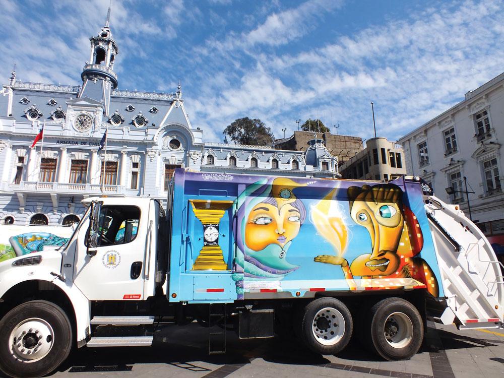 Un Kolor Distinto on maalannut 20 roska-autoa kotikaupungissaan. Jahka he palaavat kotiin kiertueeltaan, he maalaavat vielä 30 lisää.