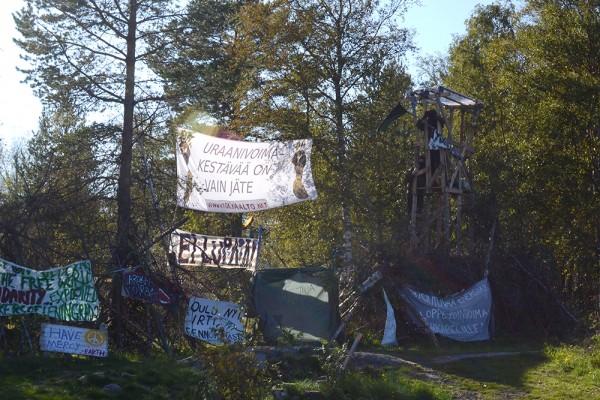 Elokuun lopulla Fennovoima sai turva-aidan valmiiksi jättäen leirin aidan sisäpuolelle työmaa-alueelle. Yhtiö päätti sulkea työmaalle johtavan portin lopullisesti 27.8.