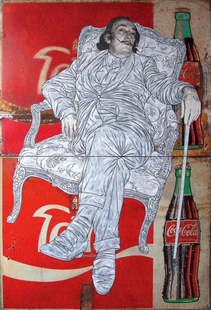 Pakpoom Silaphanin teos Dali sits on Coke vuodelta 2014. Thaimaalainen Silaphan herättelee näyttelykatalogin mukaan teoksissaan keskustelua mainonnan ja kulutuksen vaikutuksista ja pop-taiteesta laajemminkin.