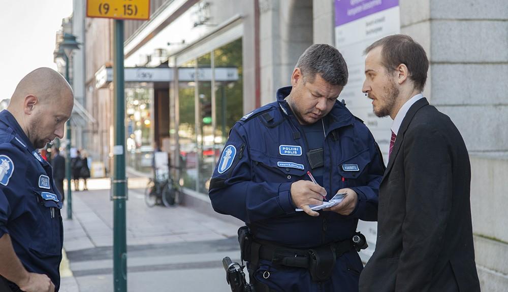 Häiriköt ja poliisit ministeriön ovella