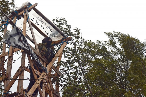 Vartijoiden riepoteltua kahta aktivistia leiriläiset katsoivat tarpelliseksi tehostaa leirin vartiointia. Fennovoima ei ole päästänyt alueelle mediaa häädön jälkeen.