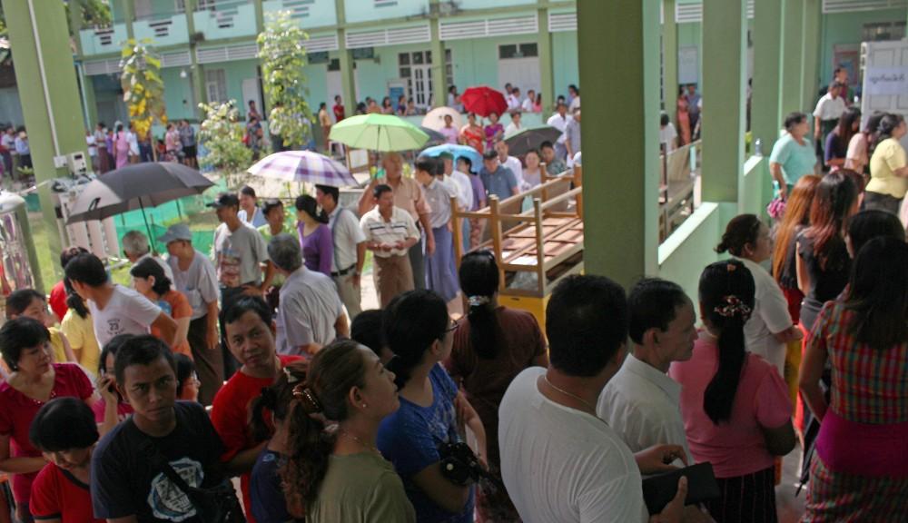Ihmiset jonottivat äänestyspaikalla Yangonissa Bahanin alueella.