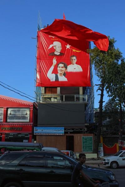 NLD:n vaalijuliste puolueen toimiston vieressä peitettiin perjantaina kampanjan päätteeksi, mutta se otettiin uudestaan esiin äänestyksen päätyttyä.